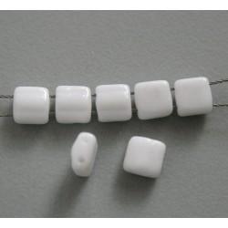 Margele sticla Cehia silky arc cca 6.20 x 6.10 x 3.70 mm culoare alb opac (10 buc) .